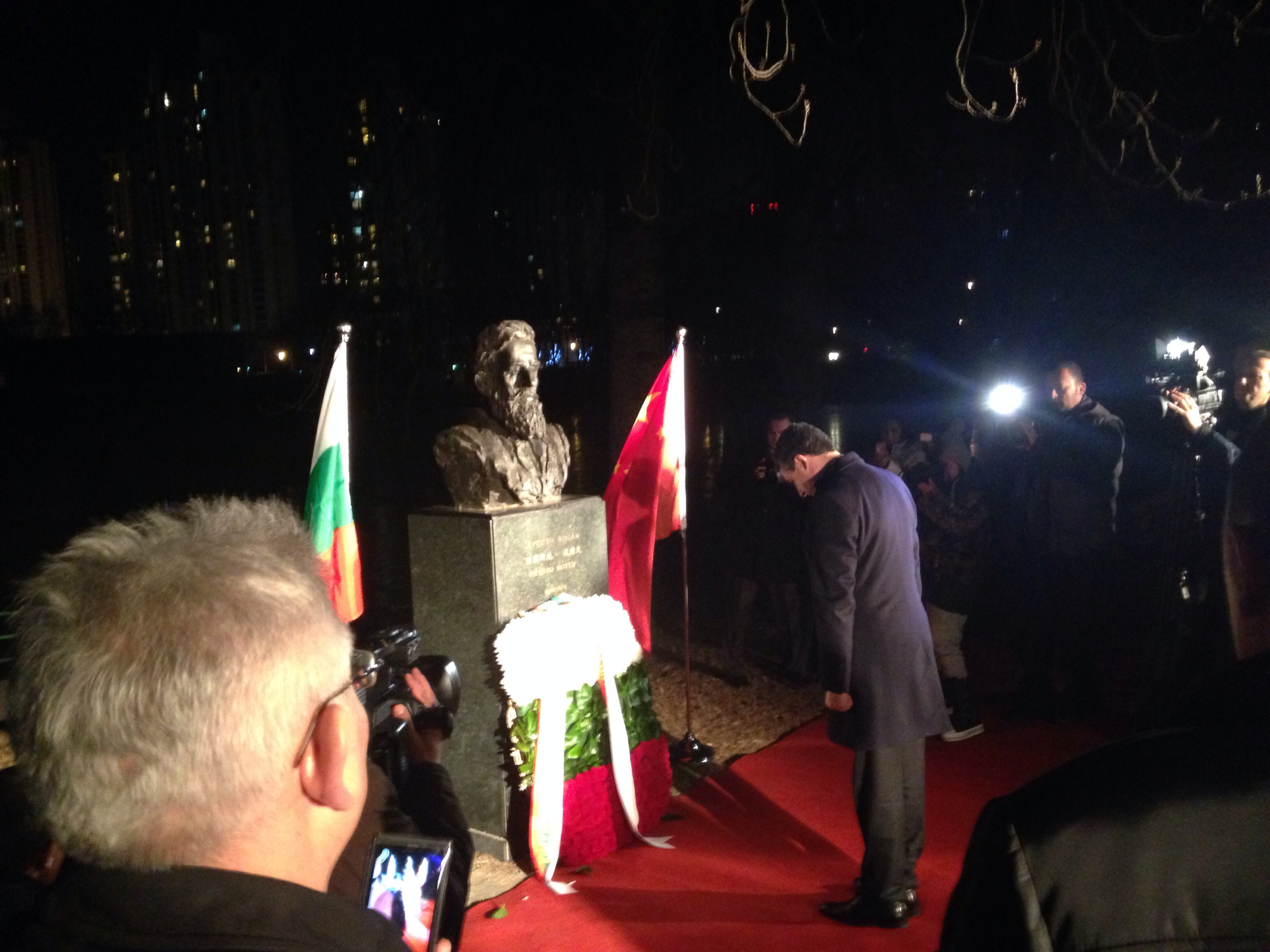 Поднасяне цветя пред паметника на Ботев