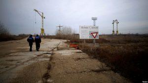 工人们走向保加利亚贝莱内核电站项目的工地