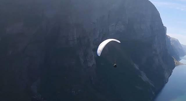 保加利亚一男子在滑翔伞上翻筋斗 差点撞飞摄像机
