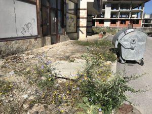Този кош за боклук обслужва 150 апартамента и 7 блокаСлед минаването на тежката техника така изглежда този възстановен тротроар