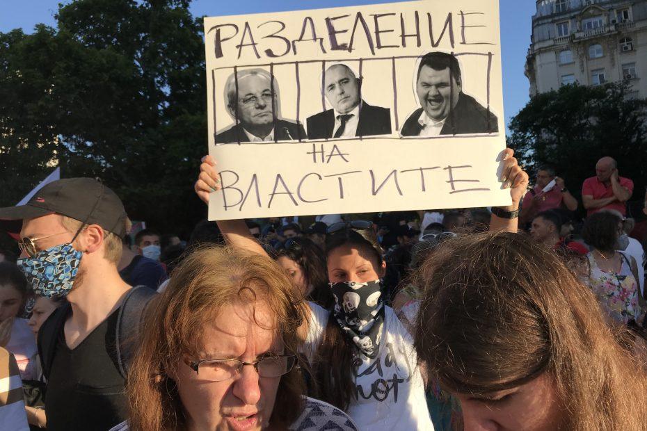 Докато парламента отхвърляше ветото на Президента срещу автоматичното удължаването на концесиите на 60 години от сегашните 35 за ограбващите България концесии на злато, сребро и руги ценни изкопаеми полицията