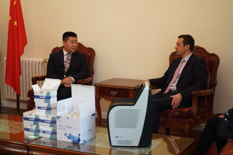 冯鑫会长向大使本人介绍了一年来保加利亚中国工业商会南中国区分会的工作任务及成绩