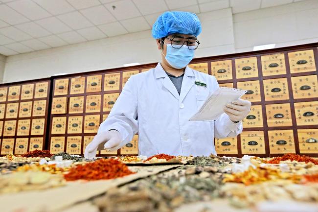 Китай одобри три лекарства от традиционната китайска медицина за лечението на COVID-19