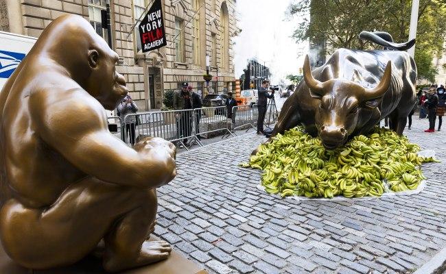 Какво означават десетте хиляди банана, струпани в краката на бронзовия бик на Уолстрийт